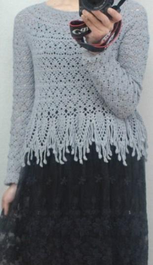 Пуловер с бахромой крючком