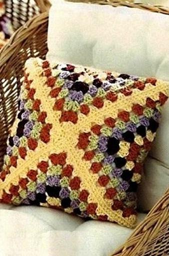 """Подушка крючком. узором  """"Бабушкин квадрат """".  Для узора используется пряжа 5 цветов. крючком."""