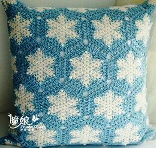 Новогодняя подушка спицами