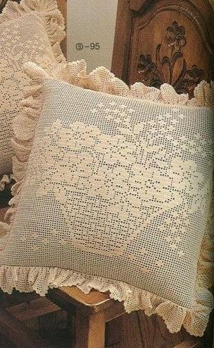 Подушка филейным узором
