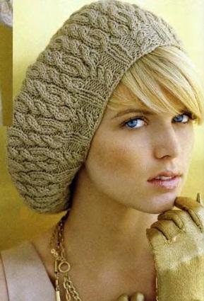 Берет с косами связан спицами
