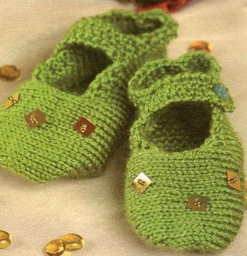 Тапочки для детей на возраст 2-3 года связаны спицами 3. Пряжа 75% акрил и 25% шерсть.  Схема вязания тапочек спицами.